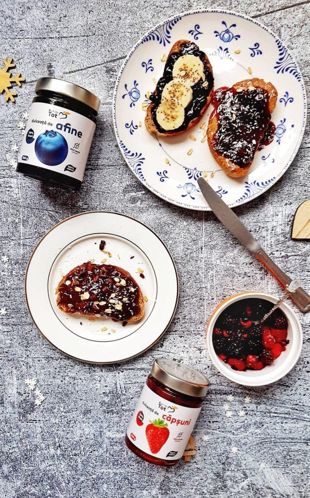 toast cu dulceata de afine si capsuni